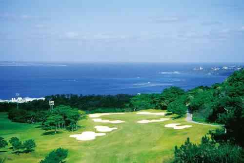 ベルビーチゴルフクラブ 18H 6,564Y P72 '91年開場 宮里兄弟が通って腕を磨いたコースとして知られる。各ホールから東シナ海に浮かぶ小島の眺めが楽しめる沖縄でも屈指の海の美しいコース。