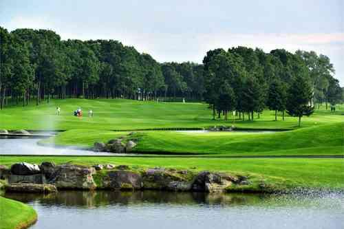 北海道クラシックゴルフクラブ 18H 7,059Y P72 J.ニクラス 設計 1991年開場 2016.7/7〜7/10  第84回 日本プロゴルフ選手権開催 北海道人気No.1コース。青空と緑の大地にJ.ニクラスが仕掛けたワイドな池とクリークが8ホールにも絡んで、何度ラウンドしても想い出深いコースです。 利用税1,200円・キャディーフィー(4B)4,320円