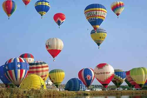 熱気球世界選手権 熱気球世界選手権は今年19年ぶりに佐賀県佐賀市嘉瀬川河川敷をメイン会場として開催されるバルーン(熱気球)の国際的な競技大会! 参加するバルーンは約150機!主催:佐賀熱気球世界選手権組織委員会公認:国際航空連盟(FAI)、国際気球委員会(CIA)写真提供 (C) SIBFO