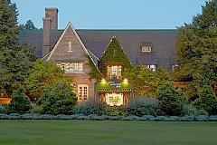"""ジ・アメリカンクラブ 陶磁器メーカー""""コーラー社""""により1998年に作られたミシガン湖畔に広がる一大ゴルフリゾート。 ジ・アメリカンクラブはチューダー様式の石造りが特徴で、アーリーアメリカン調のシックなホテル。"""