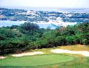 ベルビーチゴルフクラブ 18H 6,551Y P72 '91年開場 紺碧の東シナ海と瀬底島を眼下に、丘陵地を巧みにレイアウトしたフラットでスリリングな18ホールが展開される。