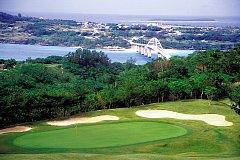 ベルビーチゴルフクラブ 18H 6,551Y P72 1991年開場 紺碧の東シナ海と瀬底島を眼下に、丘陵地を巧みにレイアウトしたフラットでスリリングな18ホールが展開。