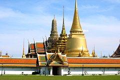 眩い金のエメラルド寺院