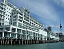 ヒルトンオークランド 無数のヨットが浮かぶ様から'白帆の町'と言われるオークランドで最もデラックスなホテル。大型船が繋がれる桟橋の上に建つユニークな構造。桟橋を渡れば町の中心部。食事、散策、ショッピングにとても便利なロケーションです。