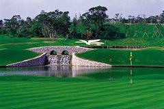 オリオン嵐山ゴルフ倶楽部 18H 6,930Y P72 1991年開場 カトレヤの花や沖縄本島をかたどったバンカーなど「旅の思い出」の名物ホールが続く沖縄でも有数のタフなコース。